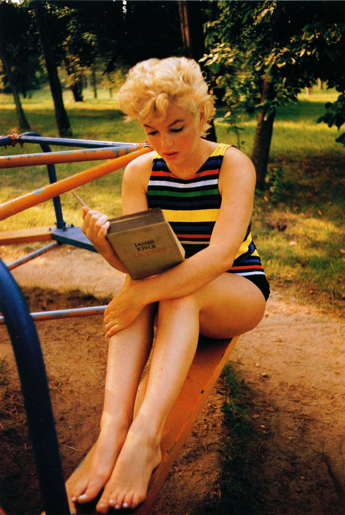  Eve Arnold - Marilyn Monroe reading the last page of James Joyce's Ulisses (1954)