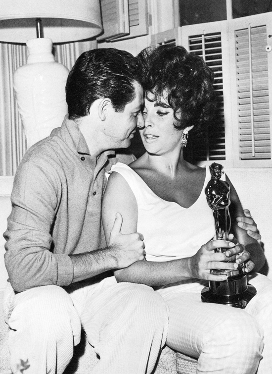 Elizabeth_Taylor_and_Eddie_Fisher_with_her_Oscar.JPG
