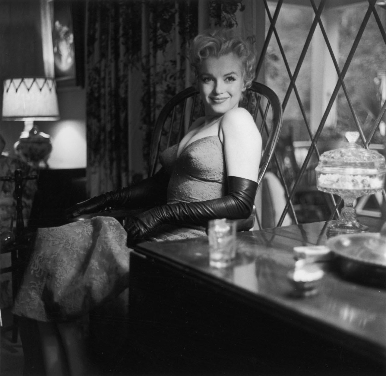 Marilyn in long leather gloves