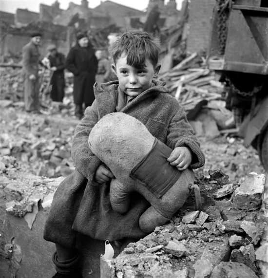 2 Incredibly Moving Photos of London in WW2